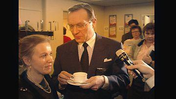 Harri Holkeri juo kahvia
