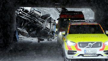 LK Hämeenlinnanväylällä paha onnettomuus 090321 ID: 61935044