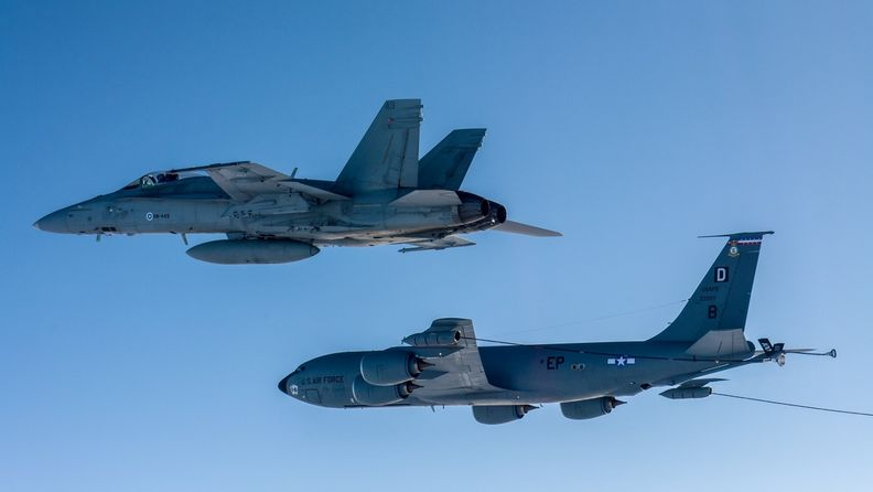 Ilmavoimat F A-18 Hornet ja KC-135 Stratotanker