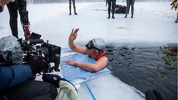 Suomalainen Johanna Nordblad ui 103 metriä kainuulaisjärven jään alla pelkässä uimapuvussa