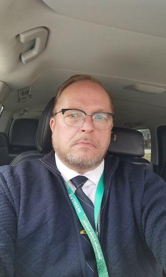 Helsinkiläinen taksinkuljettaja Timo Niemi kertoo kuljettajien ahdingosta.
