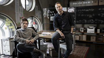 Ruotsalaiset tutkivat toimittajat Anton Berg (oikealla) ja Martin Johnson.