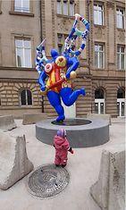 Luxemburgiin avattiin Lafayetten tavaratalo. 1,5-vuotia Ava kovasti piti tavaratalon vieressä Niki de Saint Phallen taideteoksesta.