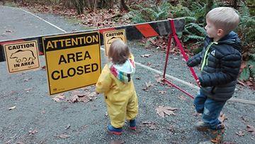 Lohijoella Vancouverin saarella vastaan tulikin varoituskylktti karhuista. Juostiin nopsasti takaisin autolle.