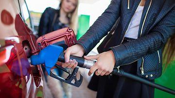shutterstock polttoaine huoltoasema tankkaus tankkaaminen