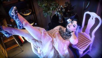 Vaaleaan mekkoon pukeutunut Blackthorn makaa tuolilla jalat kohotettuna.