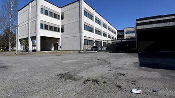 Palaneita vaateriekaleita, ensihoidon pakkauksen jäämiä ja vasemmalla kaupungintalo Kokkolassa 17. huhtikuuta 2021. Ihminen kuoli tänään Kokkolassa sen jälkeen, kun hänen vaatteensa syttyivät tuleen, kertoo poliisi.