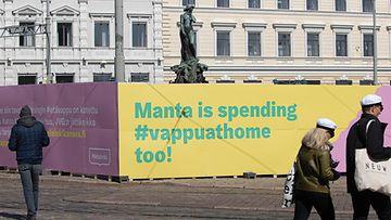 Mantan patsas aitauksen takana. Aitauksessa teksti: Manta is spending #vappuathome too!