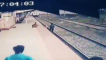 Lapsi putosi junaraiteille Intiassa – aseman työntekijä nousi sankariksi viime hetkellä