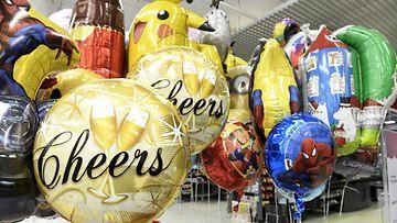 Vappupalloja myynnissä marketissa Espoossa vapun alla 28. huhtikuuta 2021.