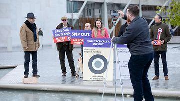 George Galloway pitää puhetta parlamenttitalon edessä Edinburghissa.