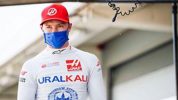 Haas-kuljettaja Nikita Mazepin kävelee varikolla Espanjan GP:ssä