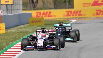 Lewis Hamilton seuraa Nikita Mazepiniä Espanjan GP:ssä