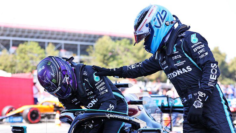Valtteri Bottas onnittelee Lewis Hamiltonia uran sadannesta paalupaikasta