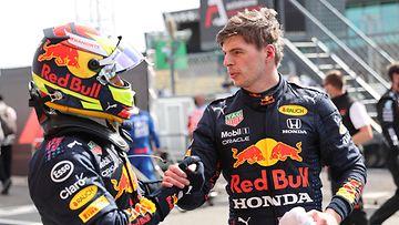 Sergio Pérez ja Max Verstappen kättelevät Portugalin GP:n jälkeen