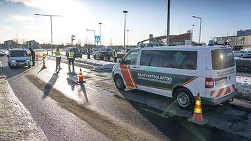 LK 10.5.2021 Rajavartiolaitos, Tulli ja Poliisi tarkastivat yhteistyössä valtakunnanrajan ylittäjien syyt ylitykselle Suomen ja Ruotsin välisellä rajalla Torniossa 20. maaliskuuta 2020.