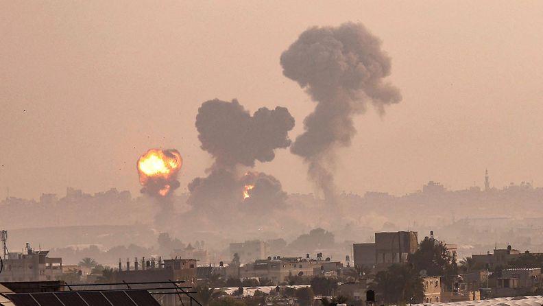 Israelin ilmaiskut aiheuttivat räjähdyksiä Gazassa.