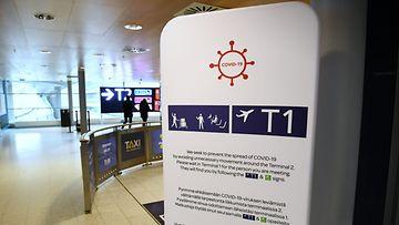 Helsinki-Vantaan lentoasemalla tiedotetaan koronan leviämisen ehkäisystä.