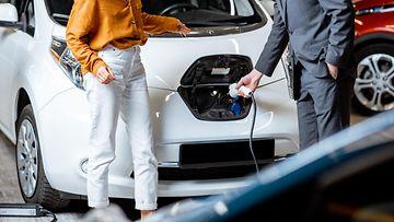 shutterstock sähköauto autokauppa lataaminen