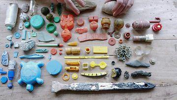 Meren tuomat -elokuva, muoviroskaa
