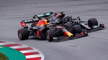 Max Verstappen ja Lewis Hamilton taistelevat sijoituksesta Espanjan GP:ssä
