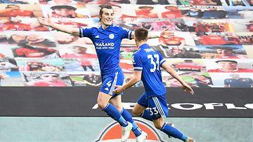 Leicesterin Caglar Soyuncu ja Luke Thomas juhlivat maalia ManUa vastaan