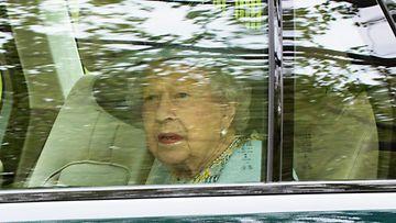 Kuningatar Elisabet II poistuu Buckinghamin palatsista osallistuakseen parlamentin istuntokauden avaukseen Lontoossa.