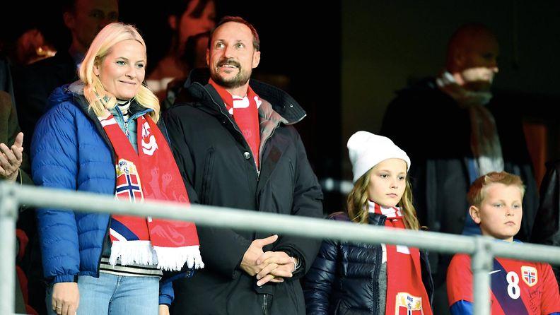 AOP Mette-Marit ja Haakon jalkapallo-ottelussa