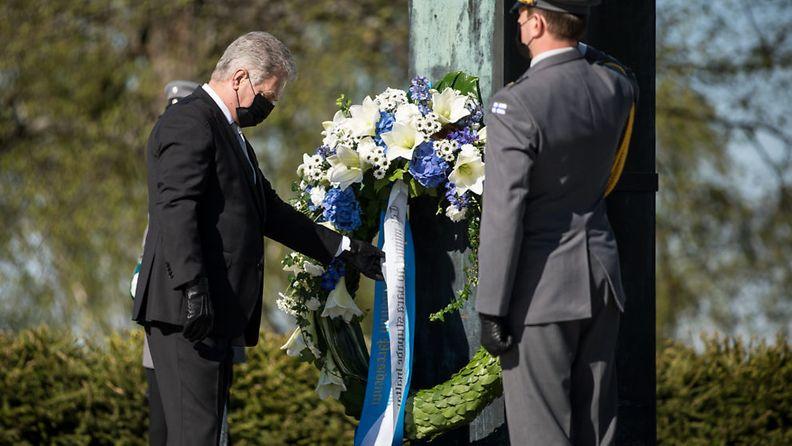 Tasavallan presidentti Sauli Niinistö laski seppeleen Sankariristille Hietaniemen hautausmaalla kaatuneitten muistopäivän kunniaksi.
