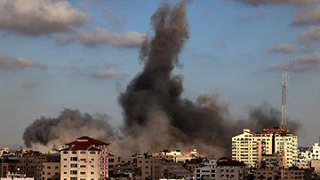 LK 17.5.2021 Rainiot savuavat Gazassa Israelin ilmaiskun jäljiltä.