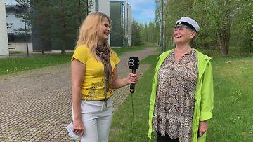 Abiturientti Kaisa Yli-Erkkilä, 69, seisoo ylioppilaslakki päässään.