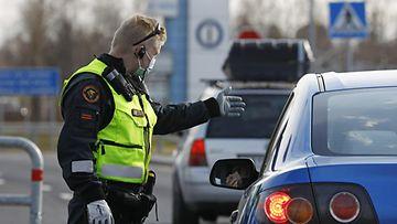 LK 18.5.2021 Tornion ja Haaparannan välisellä Suomen ja Ruotsin rajanylityspaikalla rajavartija ohjasi Ruotsin puolelta tulevaa menemään rajalla sijaitsevaan koronatestiin perjantaina 14. toukokuuta 2021.