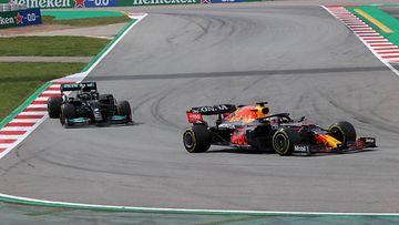 Lewis Hamilton seuraa Max Verstappenia Espanjan GP:ssä 2021