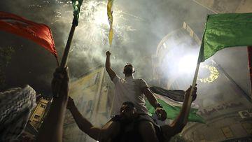 LK 21.5.2021 Palestiinalaiset juhlivat Ramallahin keskustassa Israelin miehitetyllä Länsirannalla palestiinalaisten ja Israelin välisen tulitauon jälkeen.