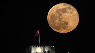 Superkuu nousemassa Ankaran linnan takaa Turkissa huhtikuussa.