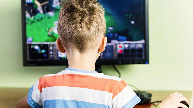 lapsi pelaa tietokoneella