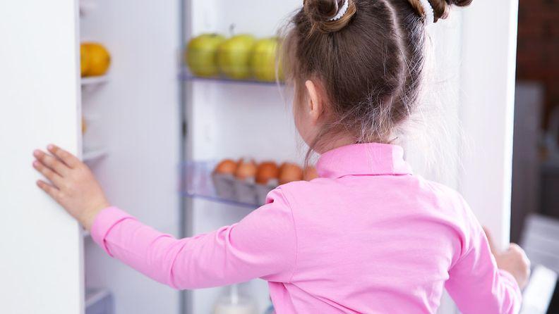 lapsi jääkaapilla