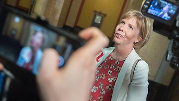 RKP:n puheenjohtaja Anna-Maja Henriksson puhui toimittajille Säätytalolla toukokuussa 2019.