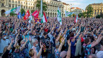 Unkarilaisia mielenosoittajia protestoimassa lipuin suunniteltua kiinalaisyliopistoa vastaan.