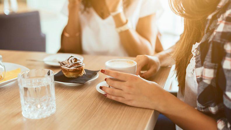 naiset kahvilla ystävyys