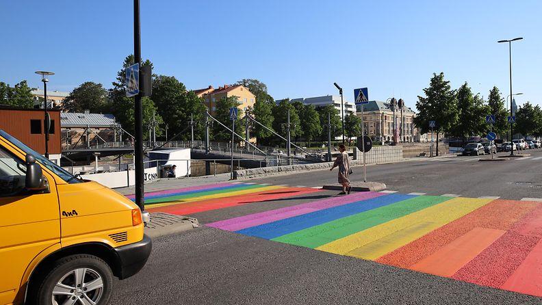 Turun kaupunkiin maalattiin sateenkaarivärein suojatie.