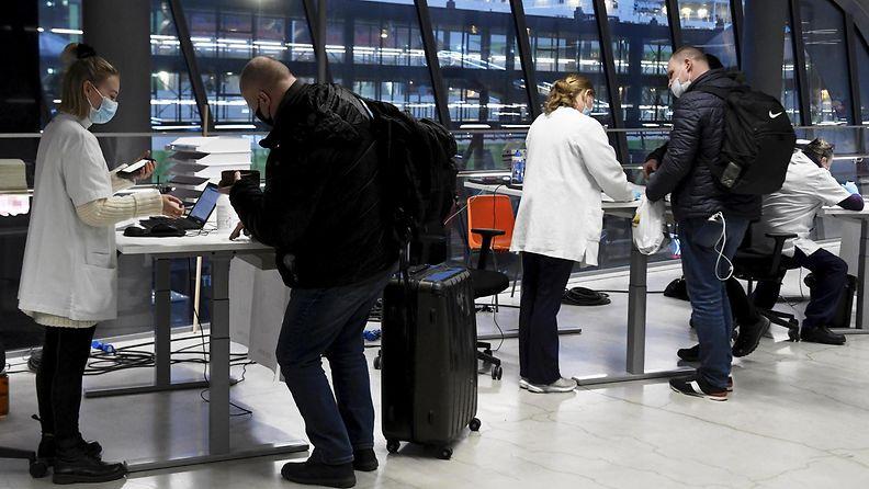 Virosta Suomeen saapuvia matkustajia Länsiterminaalissa Helsingissä.