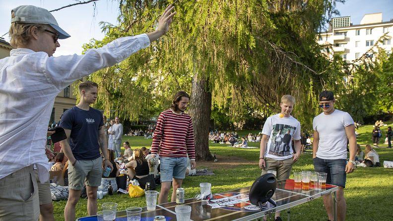 Puistossa juhlijoita Helsingissä.