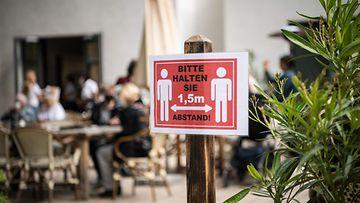 Kyltti, jossa ohjeistetään pitämään puolentoista metrin etäisyys muihin ihmisiin.