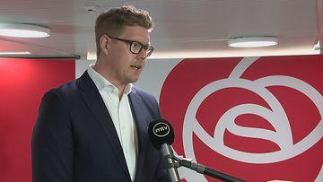 SDP:n eduskuntaryhmän puheenjohtaja Antti Lindtman MTV:n tulosillan haastattelussa SDP:n vaalivalvojaisissa.