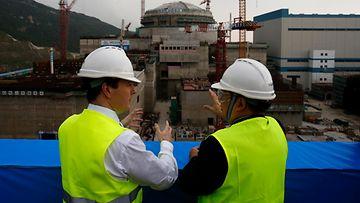 Taishanin ydinvoimalan rakennustyö käynnissä. Kuvassa Brittien valtiovarainministeri George Osborne tutustuu työmaahan.