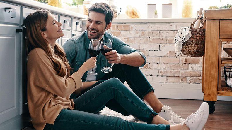 pariskunta juo viiniä lattialla