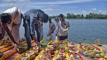 Intiassa satojen koronaan kuolleiden ihmisten tuhkia ei ole hakenut kukaan omainen.