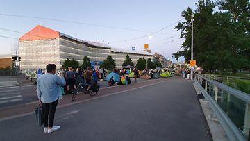 Elokapina leiriytyi yöksi Mannerheimintielle Helsinkiin. OMA KUVA