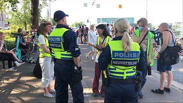 Poliisin neuvottelijoita Elokapinan mielenosoituksessa.